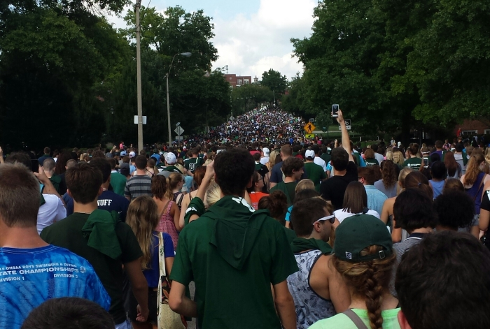 The class of 2018 walks up Richland Avenue during the annual walk through the Alumni Gateway. Photo by Hayley Harding.